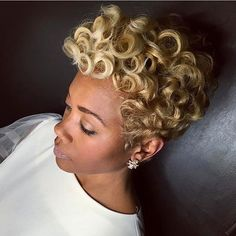 How to style the Pixie cut? Despite what we think of short cuts , it is possible to play with his hair and to style his Pixie cut as he pleases. Looks Chic, Looks Style, Hair Colorful, Coiffure Hair, Curly Hair Styles, Natural Hair Styles, Natural Curls, Tapered Haircut, Pelo Afro