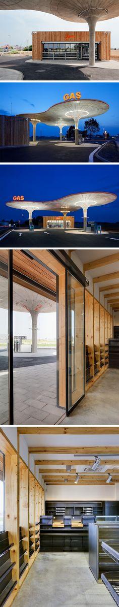 Cette aire de service réalisée par l'Atelier SAD est mon coup de coeur matinal ! Cette structure en béton mettant en vedette trois immense entonnoirs soutenant des disques horizontaux est digne d'une architecture totalitaire, massive et austère. Derrière, on aperçoit la petite boutique avec ses façades en mélèze et sa grande baie vitrée, dans un style beaucoup plus contemporain.