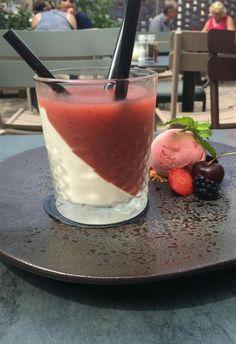 yoghurt mousse met een smoothie van watermeloen en munt