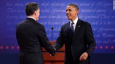 03.10.12: Barack Obama y Mitt Romney estrechan sus manos en el Primer debate presidencial, con el texto de la Declaración de Independencia de los EE.UU de fondo.