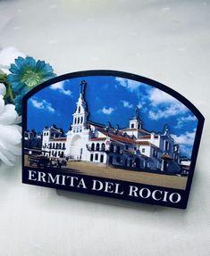 Imán de la Virgen del Rocío. Materiales: cerámica. 2,99€ #virgendelrocio #souvenirs #imán #imanes #regalos Magnets, Presents