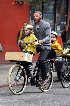 Liev Schreiber take his sons, Sasha and Samuel, for a family bike ride!