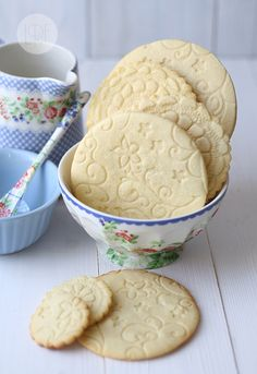 Lacey doily cookies. (Site was in Portugese) So Pretty!  Technique: butter cookie dough, crocheted doilies, roller. Thought: use plastic stencils and roller for scrapbooking?