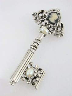 Seriously this piece was totally designed for me. Skeleton key, cameo and a pearl. Oh so beautiful!