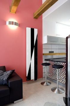 Dekor tvoří dva klíny v kontrastní černé a bílé. Radiators, Lighting, Home Decor, Radiant Heaters, Light Fixtures, Heating Radiators, Lights, Interior Design, Home Interior Design