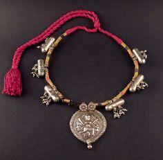 Collar con amuletos antiguos de plata repujado por ethnicadornment