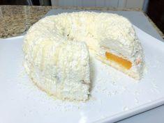 """Tortul """"Viscolul"""" este un desert minunat, care se prepară în doar 20 minute. Vă va bucura prin gustul său deosebit și vă va ajuta să decorați masa de sărbătoare. El este foarte fin, iernatic. Nu lasă pe nimeni indiferent! INGREDIENTE: -700 g de brânză dulce de vaci (la temperatura camerei); -500 g de smântână fermentată (cu orice conținut de grăsime, la temperatura camerei); -120-150 g de zahăr; -150 g de biscuiți; -40 g de gelatină + 150 ml de lapte; -o conservă de piersici de 680 g… Bagel, Doughnut, Baking Recipes, Grains, Cheesecake, Tzatziki, Bread, Desserts, Food"""