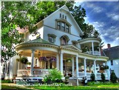 ideas house styles exterior victorian dream homes Victorian Porch, Victorian Style Homes, Victorian Cottage, Victorian Architecture, Beautiful Architecture, Beautiful Buildings, Beautiful Homes, Decoration Inspiration, Decoration Design