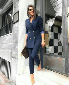 The women's suits are considered as the most appealing outfits for women. They are highly demanded owing to the fact that they provide traditional looks in the most stylish manner. Business Outfit Damen, Business Outfits, Office Outfits, Business Chic, Office Fashion, Work Fashion, Fashion Black, Fashion 2020, 90s Fashion