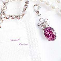 スワロフスキーを使用し、香水瓶に見立てた[マスクチャーム]マスクアクセサリー*チャームです。スワロフスキーはアイリスという バイオレット系のお色を使用しております(14㎜ ×10㎜)その上に キラキラパーツとリボンキャップを 付けました。全体の長さ 4㎝... Minne, Personalized Items, Bracelets, Jewelry, Jewlery, Jewerly, Schmuck, Jewels, Jewelery