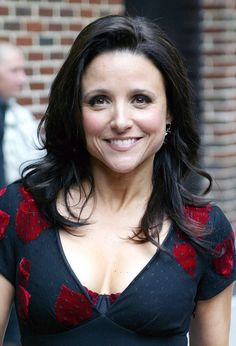 Julia Louis-Dreyfus - I am obsessed with her. She genuinely seems like a wonderful person. Prettiest Actresses, Beautiful Actresses, Actors & Actresses, Greg Lake, Julia Louis Dreyfus, Tv Show Music, Brunette Beauty, Jessica Chastain, Jolie Photo