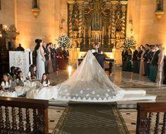 Vestido da noiva Flavia Domingues Pacheco by  Marie Toscano para o grande dia. O longo véu ficou maravilhoso e muito delicado! Veja mais: http://yeswedding.com.br/pt/antena-yes/post/a-uniao-atraves-do-destino