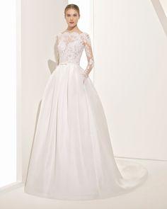 Robe de mariée style classique en dentelle et garza de soie à manches longues, avec col bateau, dos en V et transparences. Collection 2018 Rosa Clará Couture