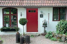 Vitt hus, rött spröjs, röd dörr. Enplansvilla.