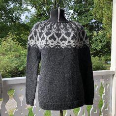 . Vaihtamalla puikkojen paksuutta, voit varmistaa, että saat 18 s ja 23 kerrosta 10 x 10 cm:lle. Cool Jumpers, Icelandic Sweaters, Knit Art, Handicraft, Knit Crochet, Men Sweater, Turtle Neck, Knitting, Handmade