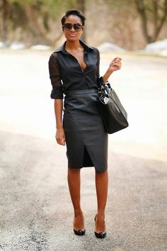 Tenue: Chemise de ville en chiffon noire, Jupe crayon en cuir noire, Escarpins en cuir noirs, Sac fourre-tout en cuir noir