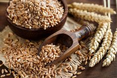 Spelt is an ancient whole grain, said to be more nutritious than modern grains. This article takes an evidence-based look at the health effects of spelt. Best Vegetarian Protein, Vegan Vegetarian, Farro Recipes, Spelt Recipes, Valeur Nutritive, Wellness Mama, Grain Bowl, Spelt Flour, Food Staples