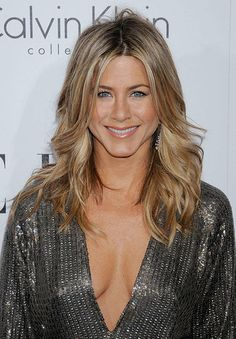 View yourself with Jennifer Aniston hairstyles and hair colors. View styling steps and see which Jennifer Aniston hairstyles suit you best. Cabelo Jenifer Aniston, Peinados Jennifer Aniston, Jeniffer Aniston, Jennifer Aniston Style, Jennifer Aniston Pictures, Jennifer Aniston Makeup, Colored Hair Tips, Corte Y Color, Hair Pictures