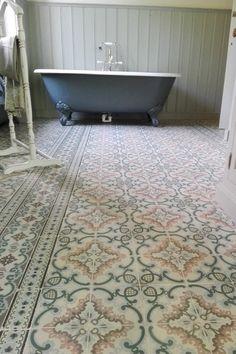 Portugese tegels inspiratie: 5 toepassingen!   Woonblog Beautiful Living Rooms, Beautiful Bathrooms, Narrow Bathroom, Floor Design, House Design, Bathroom Styling, Cheap Home Decor, Home Remodeling, House Styles