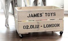Speelgoedkist van een oud houten kratje- - http://thefashionguitar.com