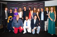 El elenco de actores de #chicasparanoicas con el director Pedro del Santo y la presentadora Laura Arranz #abcserrano