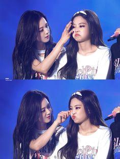 Jennie looks like a baby, mummy Jisoo my heart☺️💕 jisoo jennie jennieblackpink jisooblackpink blackpink blink mumanddaughter queens Blackpink Jisoo, Blackpink Jennie, Kpop Girl Groups, Korean Girl Groups, Kpop Girls, Yg Entertainment, Seoul, Rapper, 17 Kpop