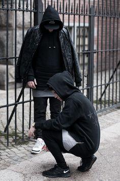 Street Goth — новый стиль, захватывающий уличную моду! С кем у вас ассоциируются готы? Для меня, например, это добрые, но социопатичные люди, которые гуляют по кладбищам, погруженные в мысли о вечном... Их девиз: «жизнь — боль», «мир — тлен». Кожа, плотные ткани, длинные юбки, плащи до пола и прочие подобные элементы гардероба призваны были подчеркнуть весь трагизм нашей жизни, тьму вокруг и…