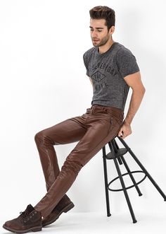 Men in leather pants Leather Trousers Outfit, Brown Leather Pants, Tight Leather Pants, Trouser Outfits, Men's Leather, Brown Pants, Denim Fashion, Leather Fashion, Fashion Pants