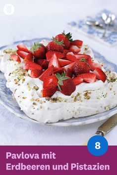 Now cook Pavlova with strawberries and pistachios in 90 and discover numerous other Weight Watchers recipes. Now cook Pavlova with strawberries and pistachios in 90 and discover numerous other Weight Watchers recipes. Cherry Recipes, Ww Recipes, Cookie Recipes, Weight Watchers Menu, Weight Watchers Desserts, Ww Desserts, Delicious Desserts, Strawberry Pavlova, Pistachio Recipes
