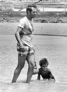 Luis Aparicio disfrutando de un día de playa en compañía de su hijo menor Nelson, un año después de su retiro del beisbol de Grandes Ligas como jugador activo. Maracaibo 08-04-1974 (LUIS AGUILERA / ARCHIVO EL NACIONAL)