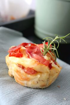 Herzhafte Parmesan-Muffins mit Tomaten und Parmaschinken Savory Parmesan muffins with tomatoes and Parma ham Fingers Food, Dinner Sandwiches, Party Finger Foods, Christmas Breakfast, Breakfast Bars, Food Humor, Pampered Chef, Parmesan, Food Lists