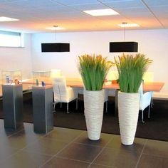 Met deze kunstgrassen in luxe polystone plantenbakken brengt u sfeer aan in uw interieur!
