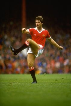 One of the coolest and classiest defenders of his era, Martin Buchan captained man utd between His crowning glory as skipper was, without doubt, the 1977 FA Cup final win against Liverpool. Football Icon, Retro Football, Football Design, Football Kits, Vintage Football, Manchester United Images, Manchester United Players, Martin Buchan, Bristol Rovers