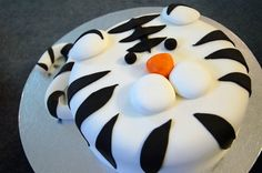 A simple but cool tiger cake.