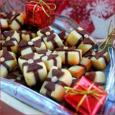 Petits sablés cadeaux - Des petits sablés originaux en forme de cadeaux, idéal à réaliser pour les fêtes :) . Ils sont constitués de deux pâtes ...