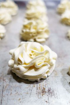 Stabilized whipped cream frosting is an easy recipe everyone should know! Perfect for cupcakes or decorating homemade pies or a cake. Because it's stiff it won't lose its shape and is perfect for piping on desserts. Keep it white or make it colored! Recipes With Whipping Cream, Cream Recipes, Stabilized Whipped Cream Frosting, Whip Cream Frosting, Homemade Whipped Cream, Wipped Cream Frosting, Stablized Whipped Cream, Cool Whip Frosting, Whipped Topping
