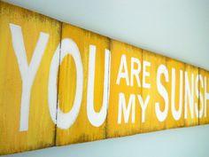 Tu es mon rayon de soleil  panneau jaune par DebHrabikDesigns