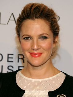 Drew Barrymore Photos - Actress Drew Barrymore attends the Estee Lauder 'Modern Muse' Fragrance Launch Party at the Guggenheim Museum on September 2013 in New York City. - Arrivals at the Estee Lauder Fragrance Party Beauty Makeup, Hair Makeup, Hair Beauty, Barrymore Family, Estee Lauder Fragrances, Flower Makeup, Orange Lipstick, Modern Muse, Beauty Contest