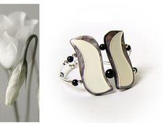White Tulip Seashells Bracelet, White jewerly, Onyx gem stone, Floral jewerly