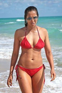 padma_lakshmi_bikini_red_2015_13.jpg (933×1400)