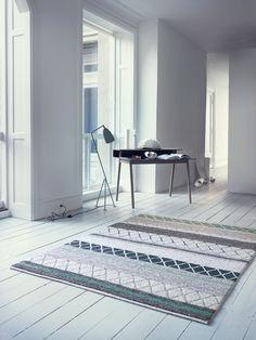 Farao, handknuten mönstrad matta från Line Design. Faraos mönster är en kavalkad av färger och strukturer. Mattan är lekfull men dess nyanser i dova pasteller ger ändå en matta med ett elegant och sobert uttryck.Farao är en del av Linie Designs kollektion Selected. Selected är en exklusiv kollektion med nordisk design som ledstjärna - strömlinjeformad och enkel men samtidigt lekfull och full av kontraster. Alla mattor är gjorda för hand av vuxna indiska vävare som arbetar under säkra…