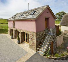 Navonok nenápadný, vnútri neskutočný. Aj taký je dom pôvodom zo 17. storočia, stojaci v Anglicku, s francúzskym šarmom.