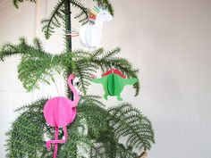 Kerstballen maken - Een 3D dinosaurus, flamingo en unicorn bal knutselen Flamingo, Wreaths, Christmas Ornaments, Holiday Decor, Diy, School, Winter, Flamingo Bird, Winter Time