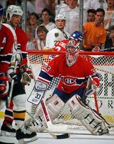 Patrick Roy : À l'annonce de sa retraite le 28 mai 2003, Roy détenait plusieurs records de la LNH pour un gardien de but, dont le plus de victoires (551), le plus de matchs joués en saison régulière (1029) et en séries éliminatoires (247) et le plus de blanchissages en séries (23). Il est considéré par plusieurs comme étant un des meilleurs gardien de but de l'histoire de hockey au monde. Goalie Gear, Goalie Mask, Hockey Goalie, Hockey Teams, Hockey Players, Ice Hockey, Montreal Canadiens, Nhl, Patrick Roy