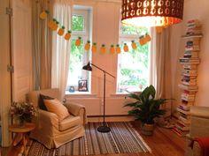 Gemütlicher Sessel neben dem Fenster und ein Bücherturm für deine Leseecke. #WG #Zimmer #Leseecke