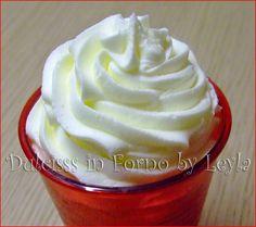 Ricetta della crema al burro: molto versatile e veloce da preparare per stuccare le torte decorate in pasta di zucchero o per decorazioni con il sac a poche