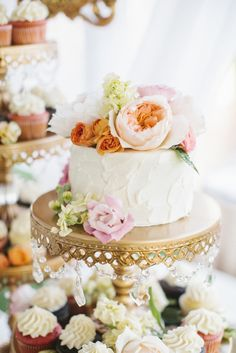 Single tiered wedding cake adorned with beautiful big blooms!