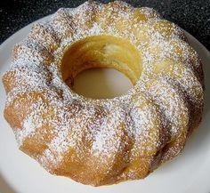 Zutaten 2 Tasse/n Mehl 2 Ei(er) 1 Tasse Zucker 1 Tasse Buttermilch 1 Pck. Backpulver 3 Äpfel Fett für die Form...