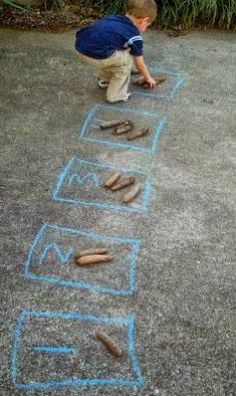 Easy and fun outdoor number activities for kids - explore numerals, counting, and one-to-one correspondence easily while enjoying the weather Maths Eyfs, Preschool Learning, Learning Activities, Numeracy, Counting Activities Eyfs, Teaching Kindergarten, Early Years Maths, Early Math, Early Years Classroom