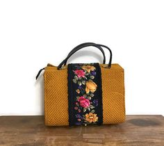 True bohemian vintage purse. I love the mustard and rose details. Perfect 50s style handbag. One only!